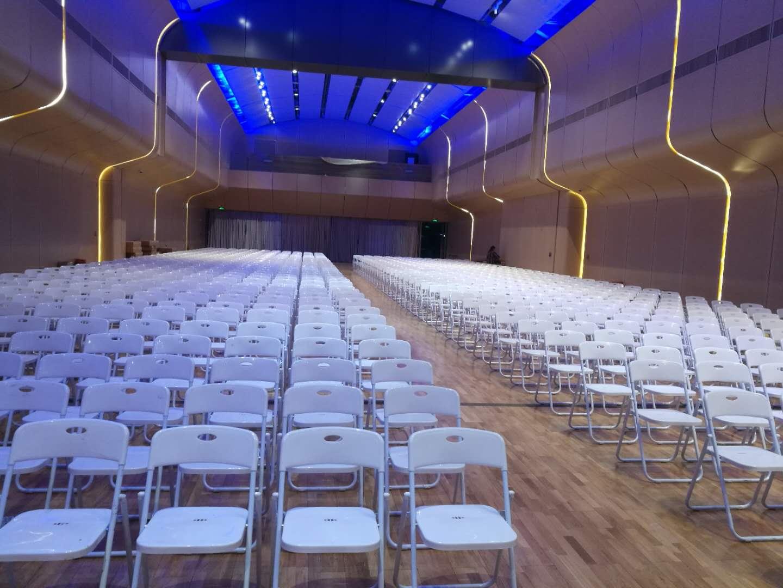 白色折叠椅